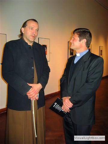 El artista conversando con un religioso.
