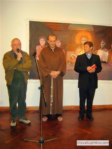 El Arquitecto Marcelo Olmos, el artista, junto al religioso encargado de bendecir la muestra