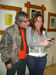 Marisa Bruzzone mostrando a César Constanzo, como funciona una cámara digital.