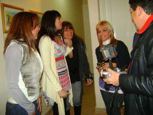 Jose Pepe Prestigiovanni entrevistando las artistas.
