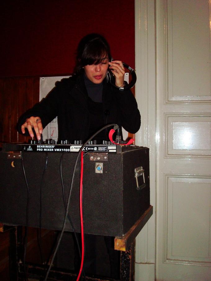 Vanesa lovino, probandose como DJ.
