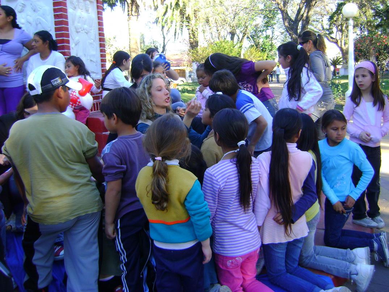 Decenas de chicos esperando en la plaza.