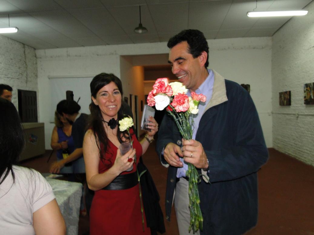 Carlos Castellani regalando flores...