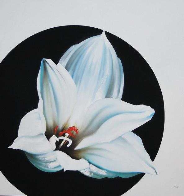 Una flor, pétalos, a tono con la altura del año.