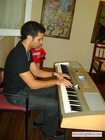 Giancarlo, con su musica, deleitando los presentes.