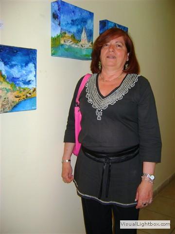 Edith Gonzalez, posando junto a su obra.