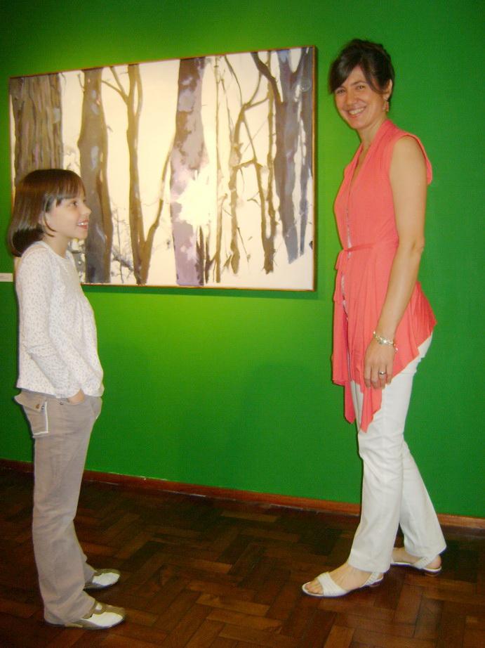 Inés Francia con una pequeña visitante.
