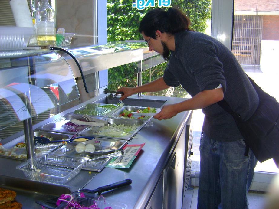 Alejandro, elegiendo la comida al mediodia...