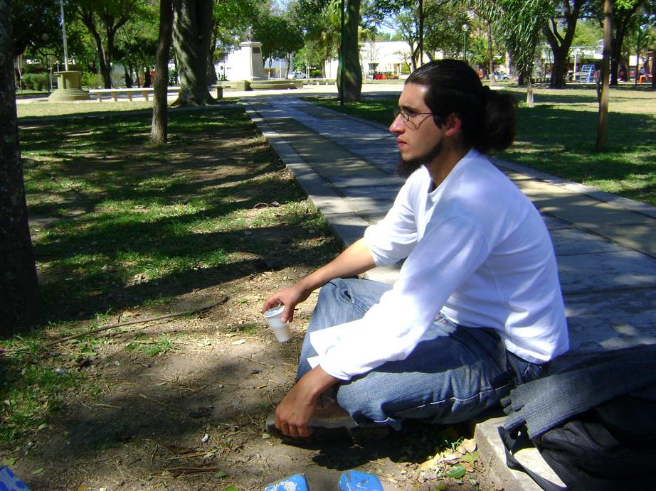 Alejandro Cantarutti, descansando en el parque.
