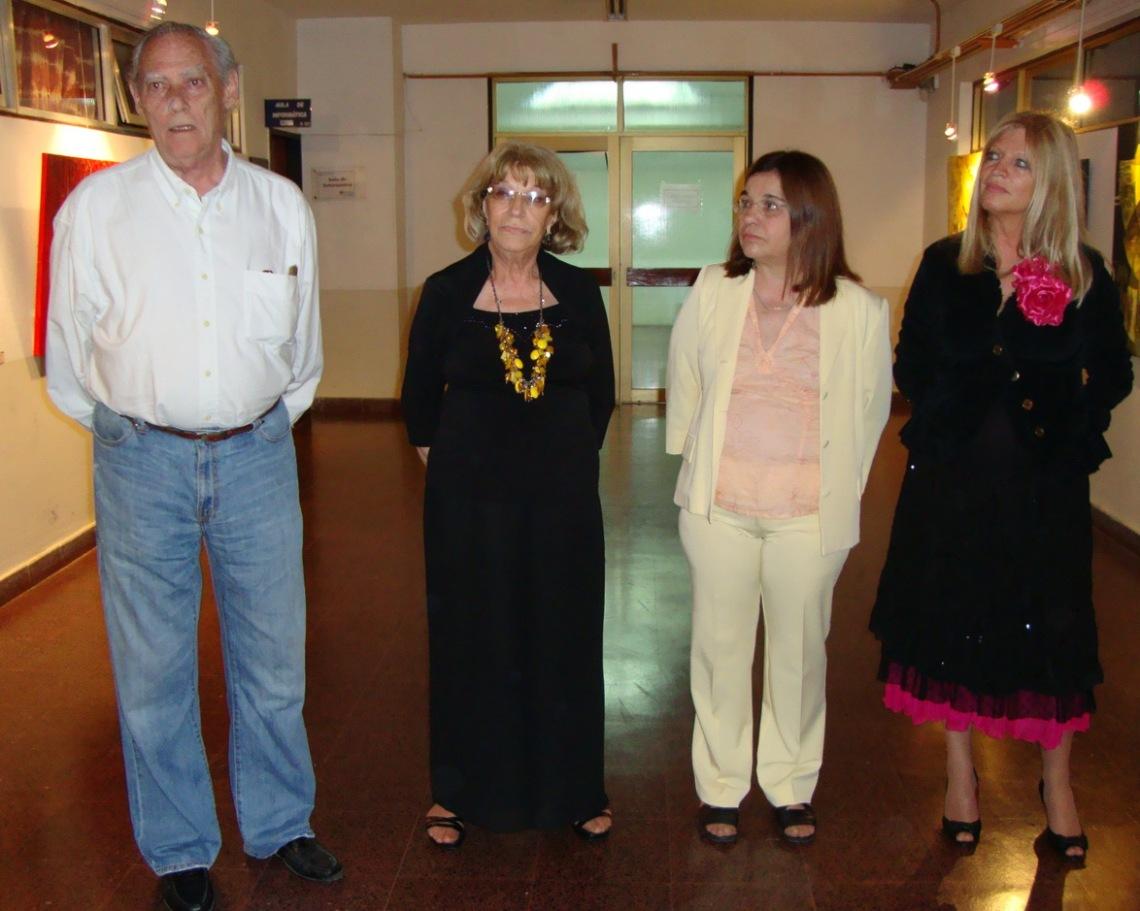 Las autoras con uno de los concurrentes.