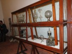 Vitrinas con valiosísimos objetos de hace siglos.