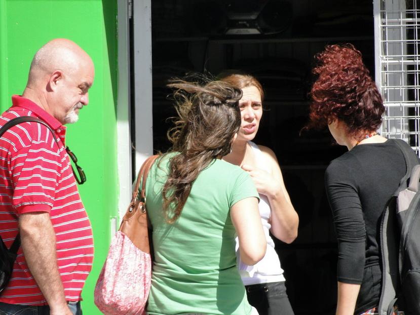 Abel, Fernanda, una alumna dialogando con la propietaria de un negocio.