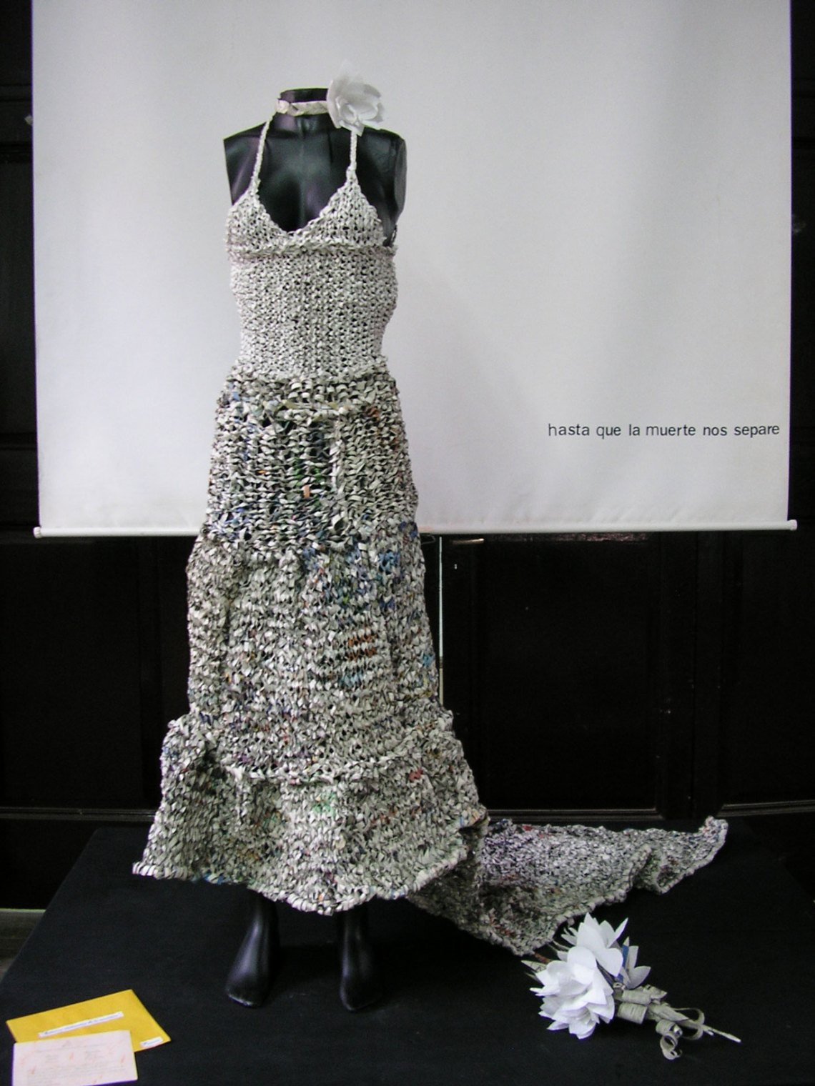 Paula Demonte. Traje de novia realizado con hojas de diario tejido a dos agujas