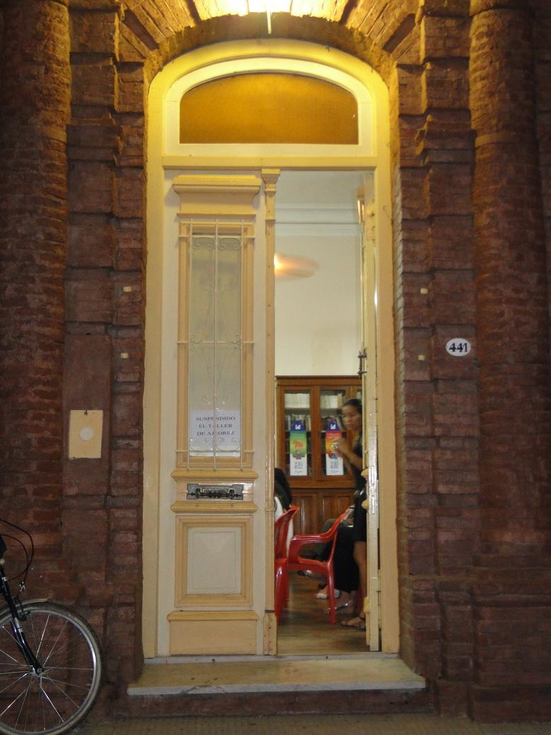 la entrada a la biblioteca popular Mariano Moreno.
