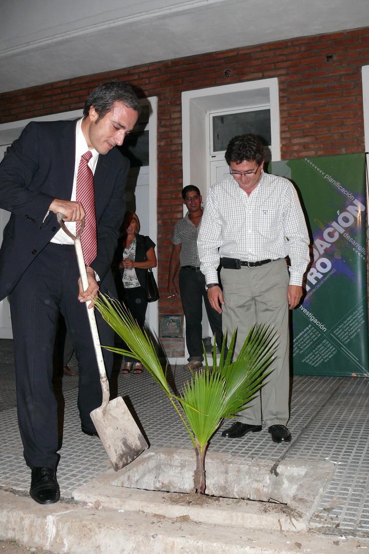 Oscar Martinez junto a Alejandro Longo, plantando un árbol