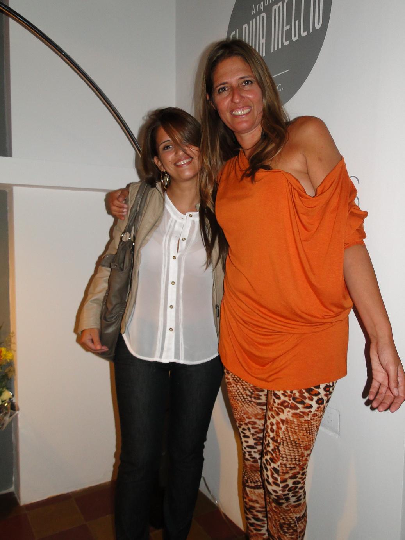 Flavia Meglio, posando junto a una amiga