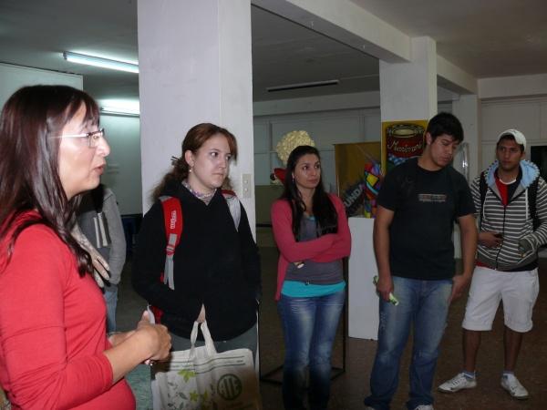 La profesora Ana María Rossi, explicando