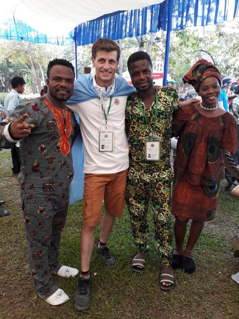 Con sus amigos en Camboya
