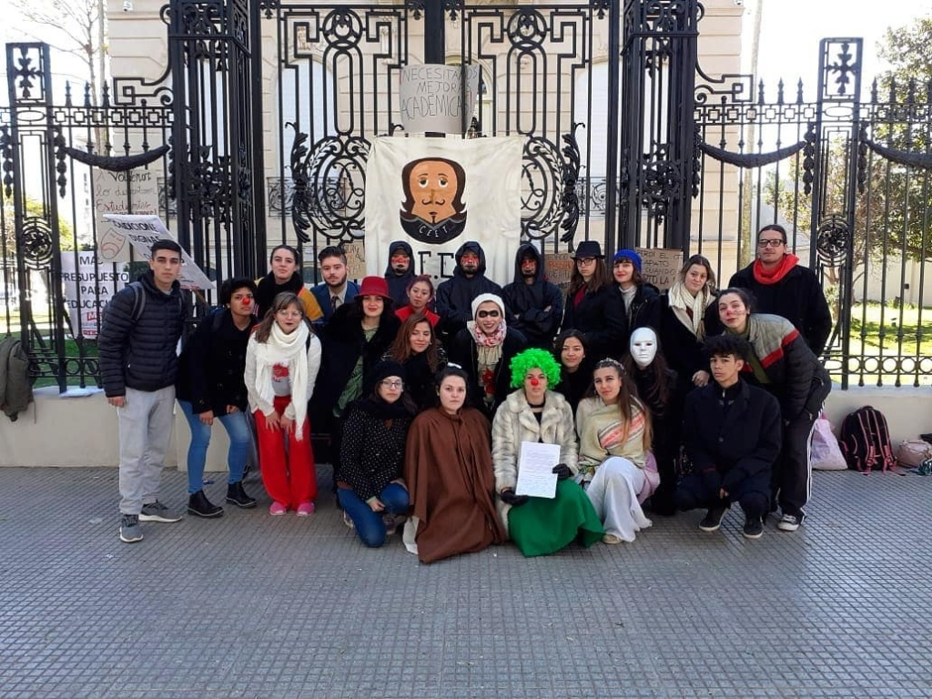 Alumnos frente a las oficinas administrativas del Ministerio de Innovación y Cultura